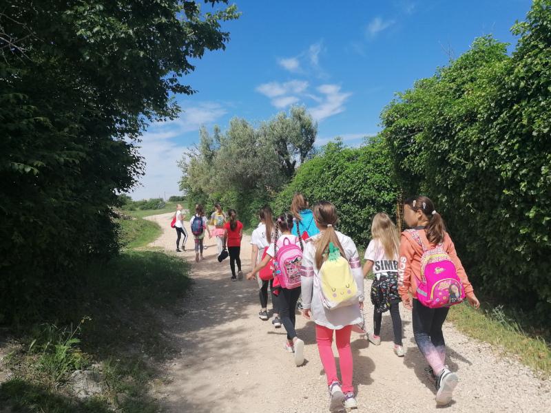 Grupa sudionika u javnozdravstvenoj akciji Hodanjem do zdravlja povodom Nacionalnog dana hodanja.
